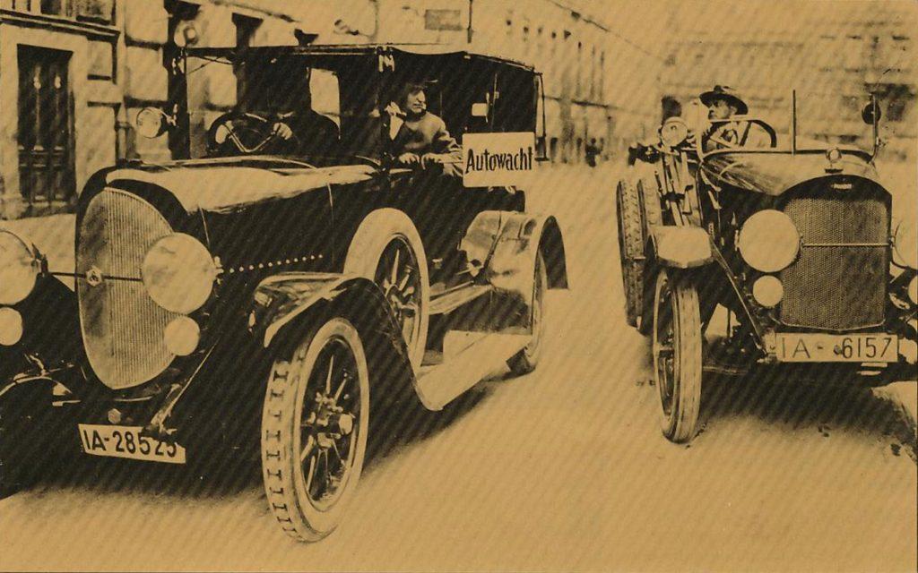 Historisches Bild von zwei Autos